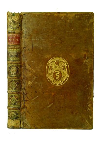 detalles-de-la-decoracion-de-los-entrenervios-escudo-heraldico-familia-colbert-siglo-xviii.jpg